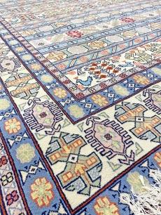 Gyönyörű világos és kék tónusú kézi perzsa szőnyeg