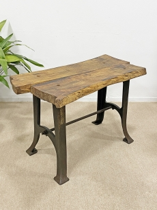 Száz éves lábakon álló industrial asztal