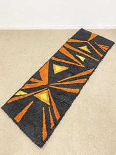 Retro suba faliszőnyeg fekete - narancs színben
