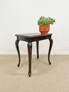 Kecses vonalú neobarokk asztal