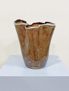 Fémes színű, fodros üveg vintage váza