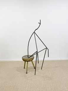 Minimalista vas szobor - modern gondolkodó ember