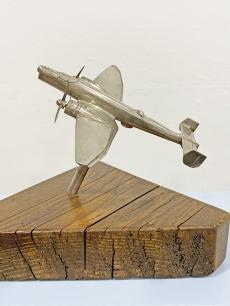 Gyönyörű krómozott repülőgép modell fa talpon